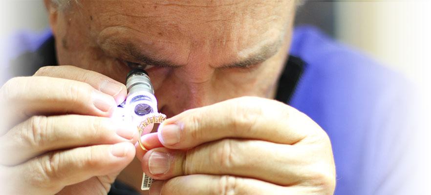 immagine di floris mentre lavora su un diamante